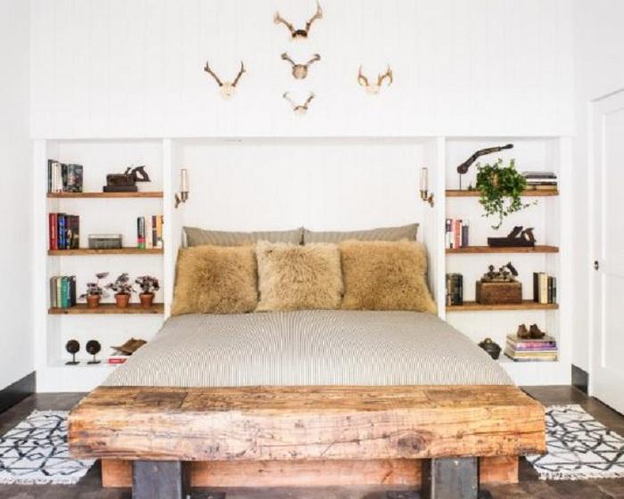 Оптимальное решение преобразить интерьер спальной за счет создания полок в стене.