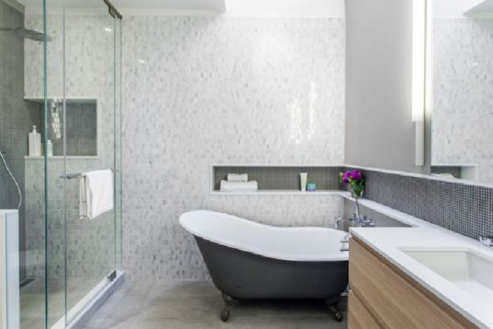 Отличное решение создать практичную полку в ванной комнате, что точно оптимизирует пространство.