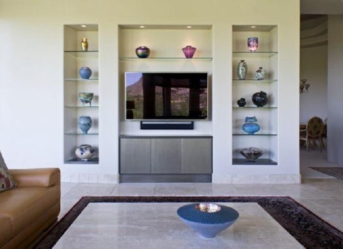 Интересный интерьер в гостиной и безупречное украшение стен вокруг телевизора.