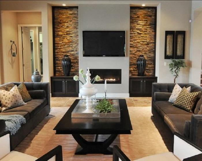 Хороший интерьер в гостиной создан благодаря кирпичной кладке и нишам в стенах.