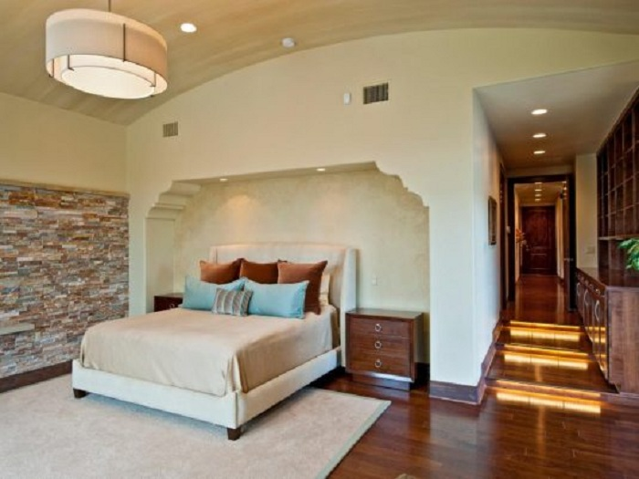 Оформление прикроватной ниши в стене, что преобразит любой интерьер.