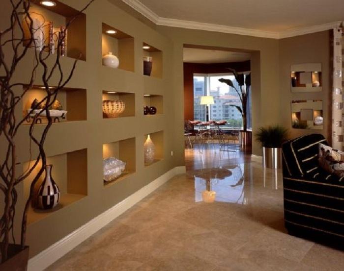 Крутое решение преобразить интерьер за счет декорирования стен удобными нишами.