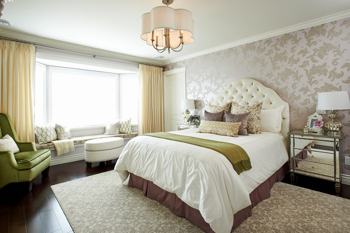 Спальня с кремовыми обоями, которые добавляют светлых ноток в атмосферу комнаты для отдыха.