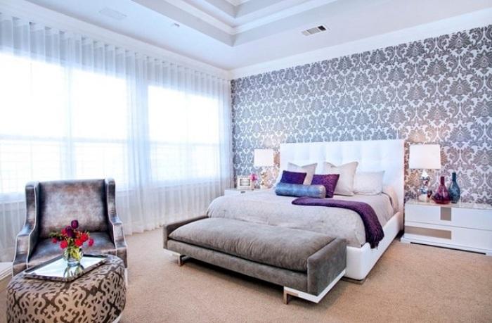 Отличные обои с большим количеством мелких узоров украсят любую спальню.