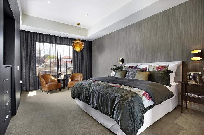 Отличный интерьер спальни с темно-серыми обоями, которые подчеркнут особенности интерьера.