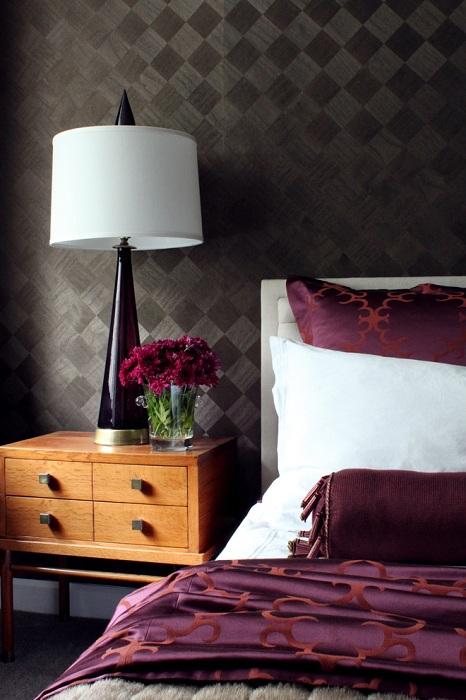 Симпатичная спальня с шоколадными обоями в ромбах, практичное и элегантное решение.