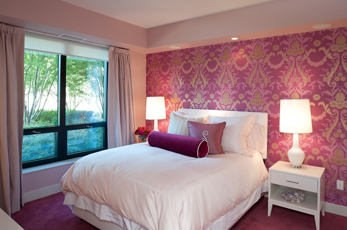 Симпатичная спальня в которой атмосферу создают обои очень красивого лилового цвета.
