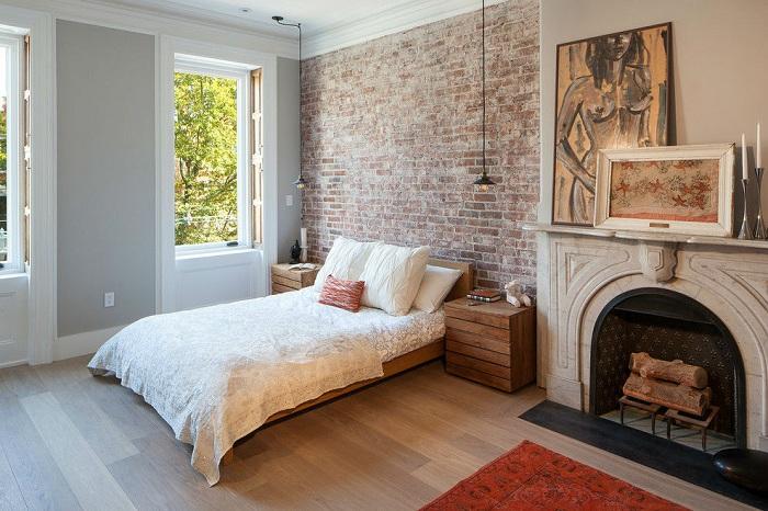 Кирпичная стена в спальне — отличная находка. Такой декор дарит простор воображению.