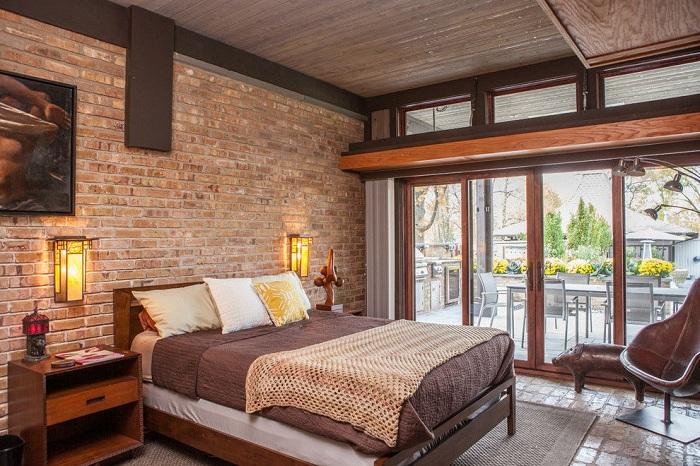 Красивая комната в коричневых тонах с каменной кладкой.