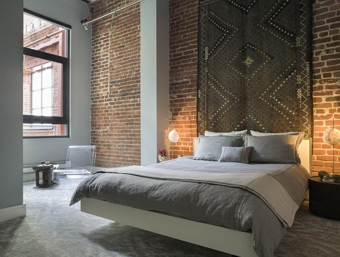 Классический стиль в оформлении интерьера комнаты в сочетании с кирпичной стеной будет выглядеть благородно и свежо.