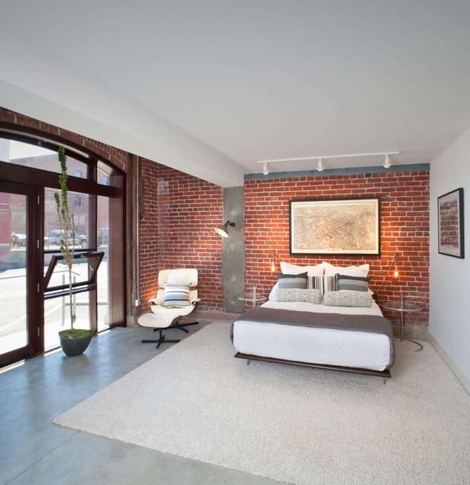 Светлая комната с каменной кладкой, которая отлично подчеркивает особенности интерьера.