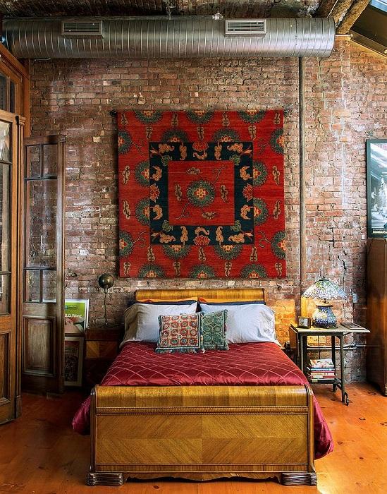 Кирпичные стены великолепно сочетаются с деревом и дощатым полом в спальне.