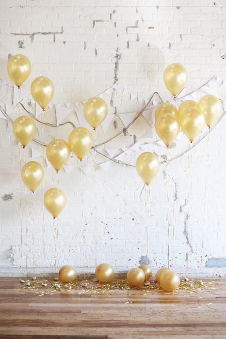 Отличный вариант украсить место для свадебной фотосессии золотистыми шарами.