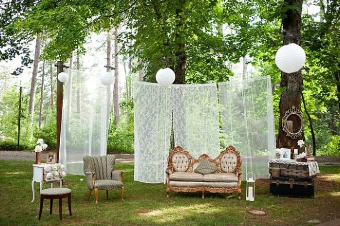 Свадебная фотосессия на открытом воздухе с интересными предметами, подарит массу незабываемых впечатлений.