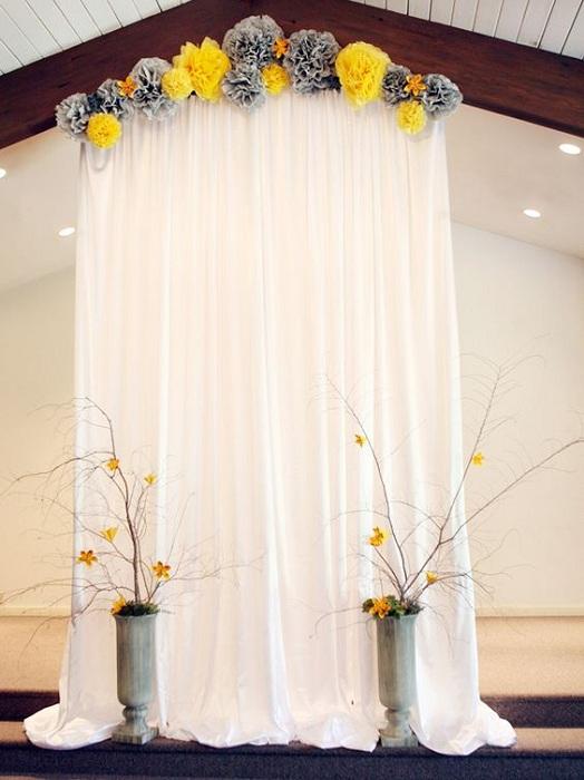 Удачный вариант использовать светлые тона в оформлении фона для свадебной фотосъемки.