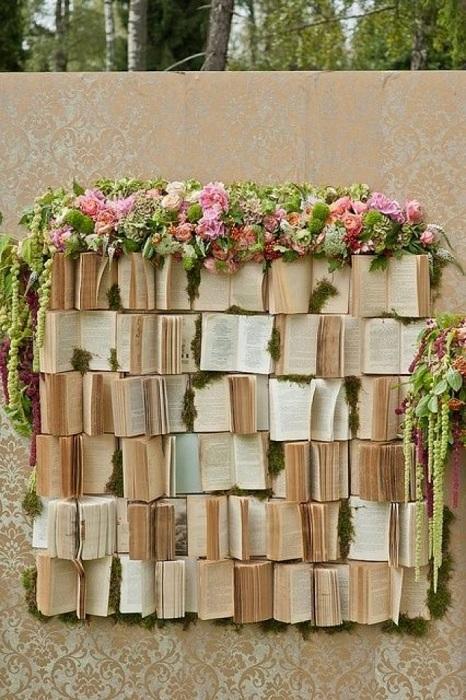 Стена, которая украшена книгами станет ярким украшением и дополнением к свадебной церемонии.