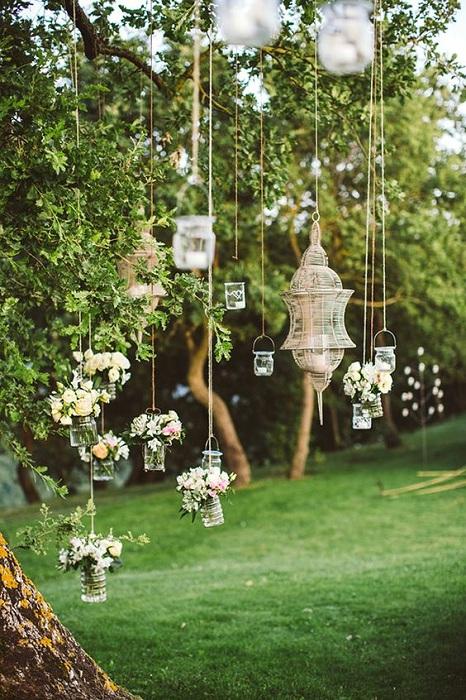 Легкость и простота воплощена в таком интересном интерьере и станет просто отличным дополнением к свадебному торжеству.