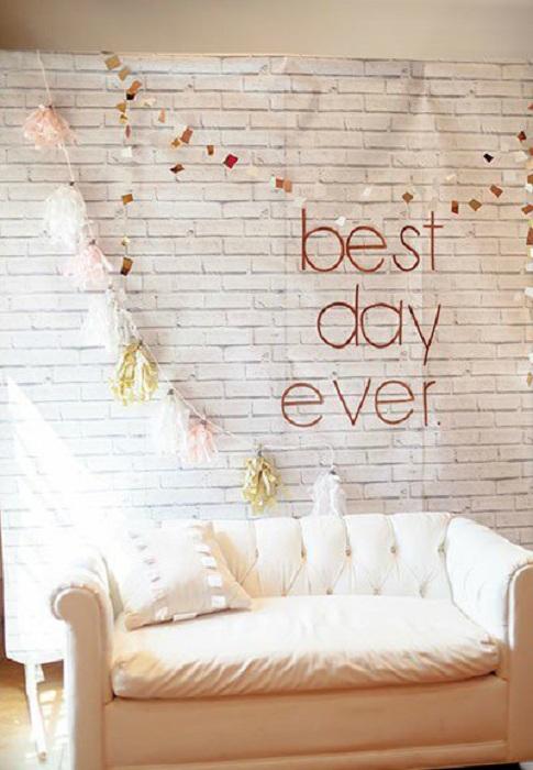 Симпатичный вариант создать уютную обстановку и оформить интересным образом диванчик для свадебной фотосъемки.