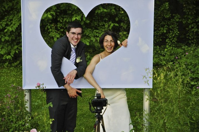Симпатичное решение создать такую милую рамку в виде сердца, отлично подойдет для свадебной фотосессии.
