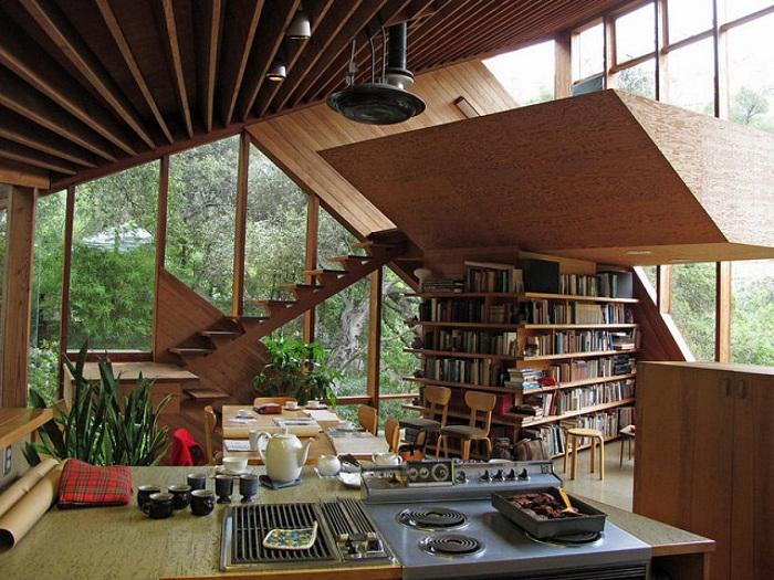 Прекрасное местечко в доме специально обустроено для чтения книг.
