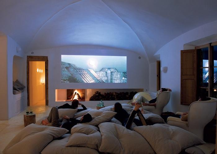 Лучшее место отдыха - просто оформленная комната с диваном и креслами.