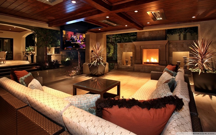 Самая лучшая комната для отдыха - та, в которой есть камин и удобный диван.