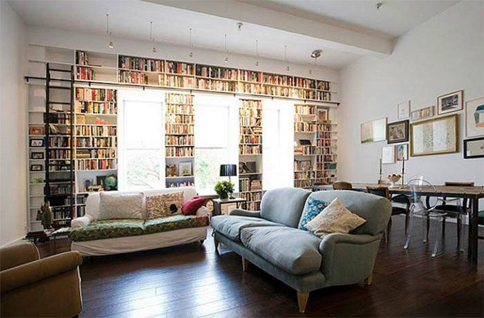 Светлая и уютная обстановка в комнате обустроена специальна для чтения книг.