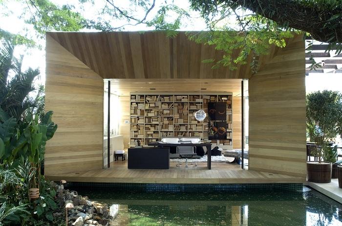 Восхитительный интерьер, который взаимодействует с окружающей средой, благодаря большому окну.