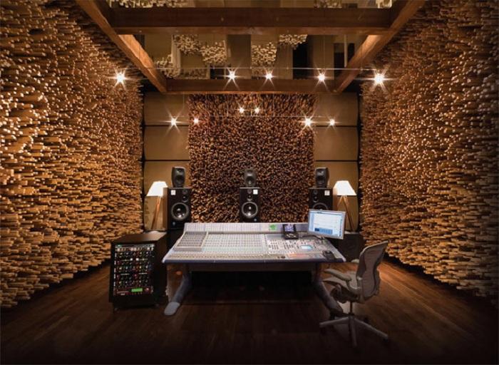 Деревянные стены в комнате - нестандартное решение для оформления интерьера.