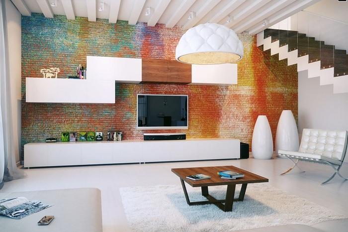 Интересная гостиная с цветной кирпичной кладкой - одна из возможностей самовыразиться.