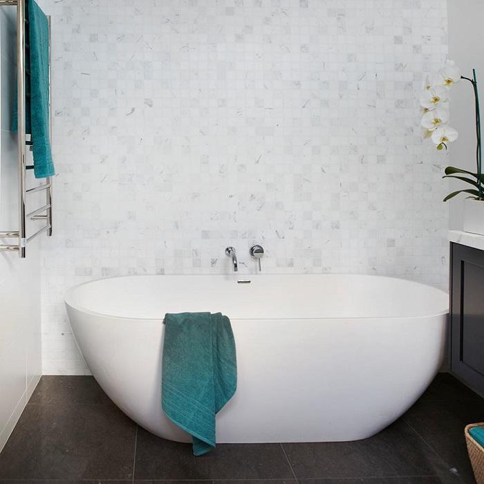 Хорошенький вариант оформить ванную комнату в белом цвете, что выглядит своеобразно и свежо.