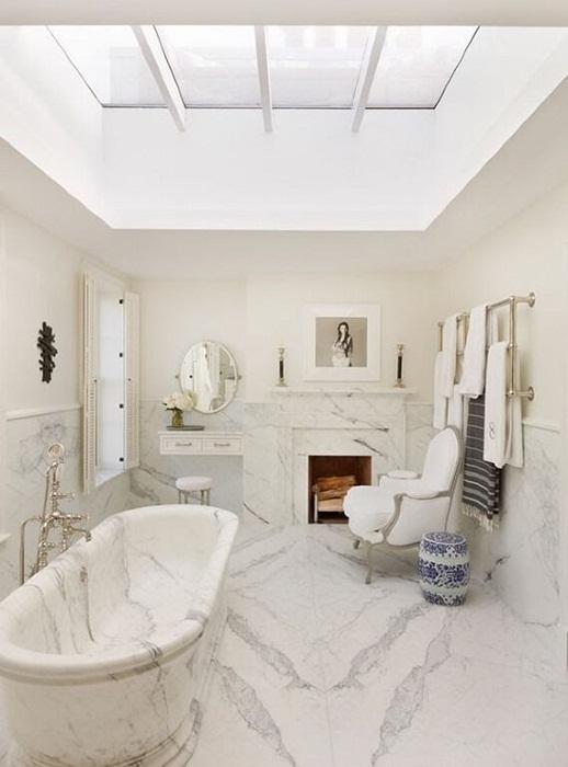 Красивый и незабываемый интерьер в ванной комнате создан благодаря оформлению её в мраморных текстурах.