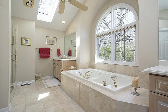 Оригинальный интерьер ванной комнаты оформлен при помощи симпатичной плитки.