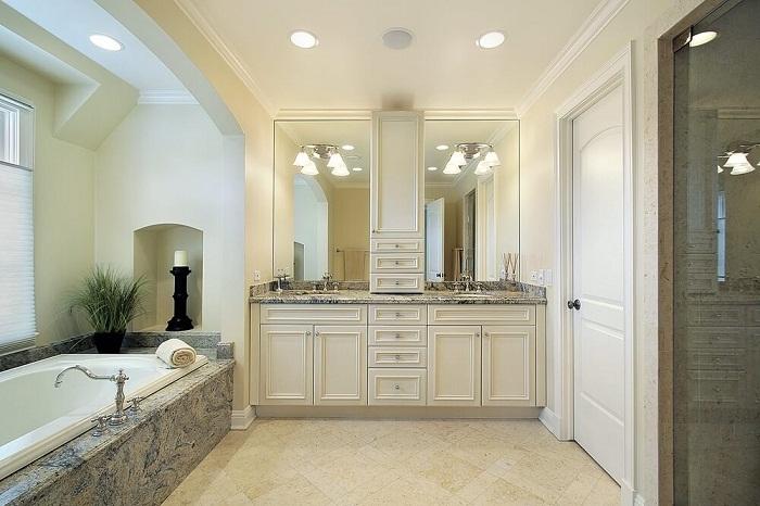 Симпатичный интерьер ванной комнаты, что оформлена в светлых тенденциях, которая выглядит весьма оригинально.