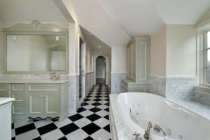 Потрясающий интерьер в ванной комнате создан благодаря стильной черно-белой плитке.