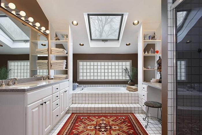 Трансформировать интерьер в ванной комнате возможно с помощью использования белой плитки.