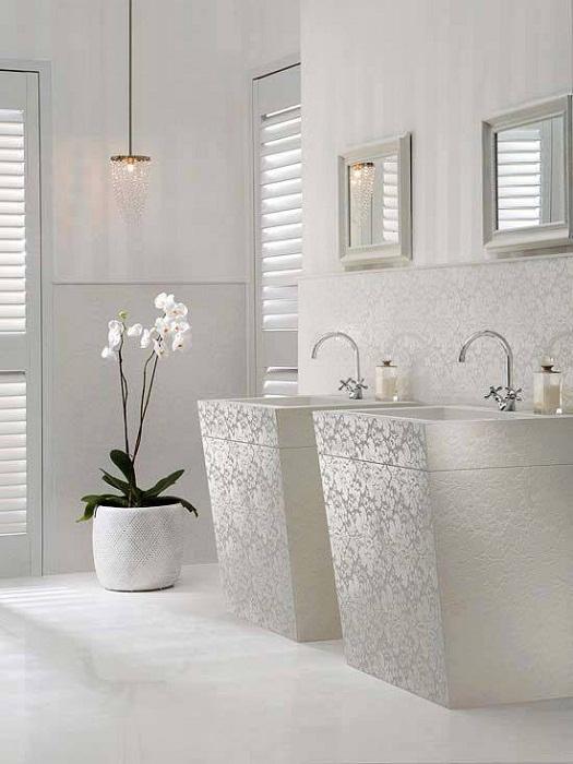 Безупречный белоснежный интерьер создаст просто наилучший вариант декорирования комнаты такого типа.