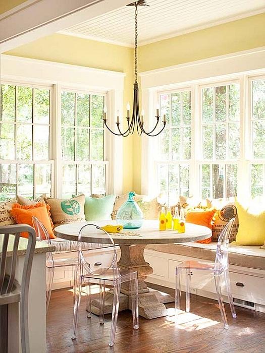 Преобразить интерьер в прохладную осеннюю пору возможно с помощью размещения в ней диванчика по периметру комнаты.