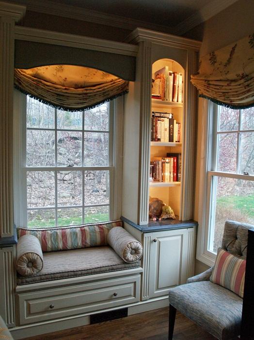 Один из самых лучших вариантов оформления пространства в комнате с помощью размещения в ней диванчика на окне.