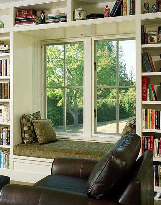 Оригинальный интерьер комнаты с крутым диванчиком у окна, что станет находкой.