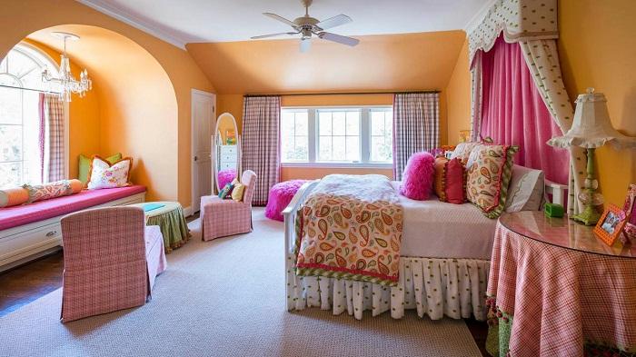 Крутое и очень интересное оформление спальни в ярких тонах.