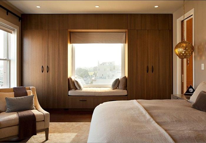Потрясающий интерьер в шоколадных тонах с оригинальным диванчиком на подоконнике, что понравится.
