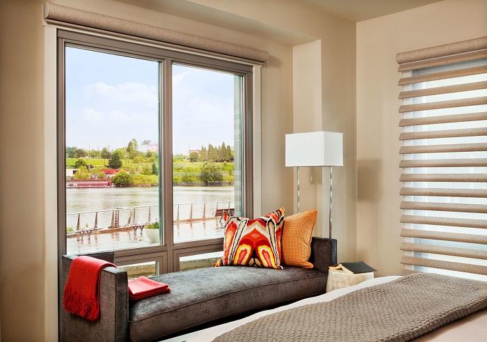 Интересный вариант создать крутое оформление местечка у окна, что быстро и просто создаст уют и комфорт дома.