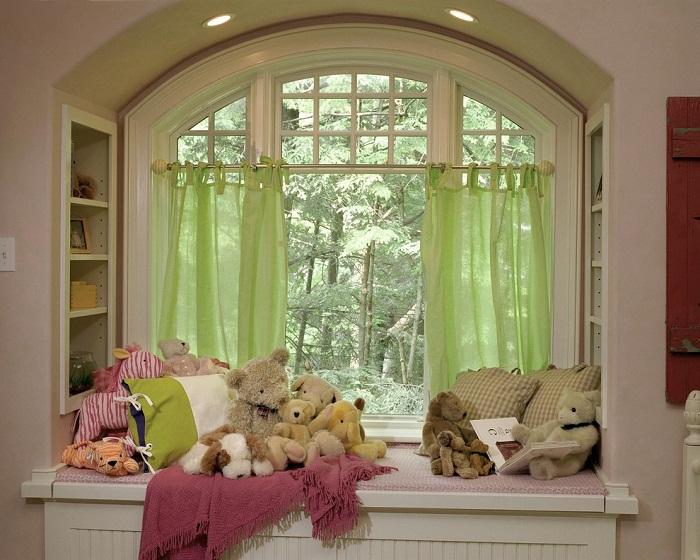 Интересное решение оформить интерьер детской комнаты при помощи уютного подоконника, что создаст симпатичную обстановку.