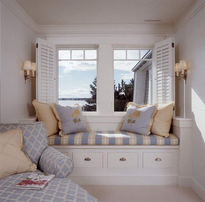 Оформление подоконника при помощи мягкого диванчика, что создаст особенное настроение.