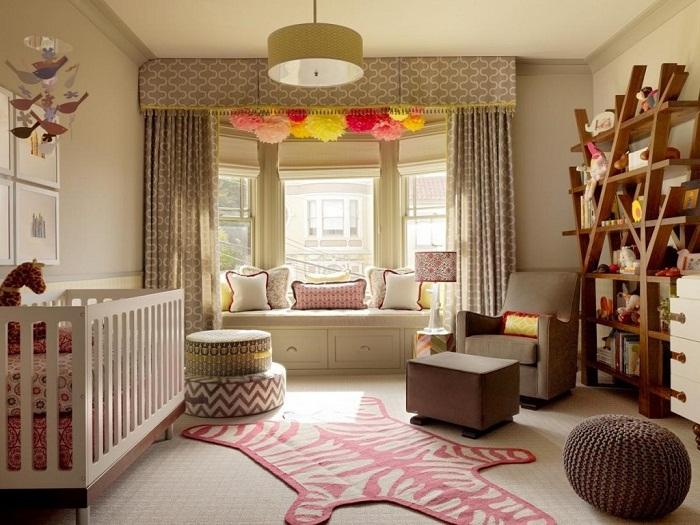 Прекрасный интерьер комнаты создан благодаря оригинальному оформлению местечка у окна.