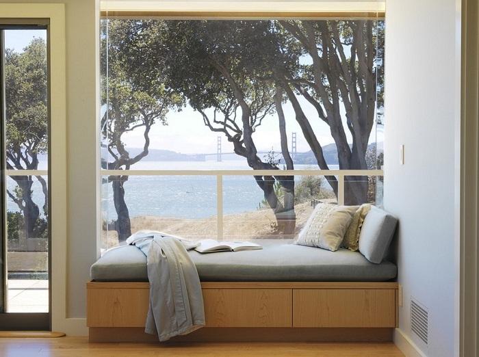 Отличное решение преобразить интерьер комнаты с помощью подоконника с диванчиком.