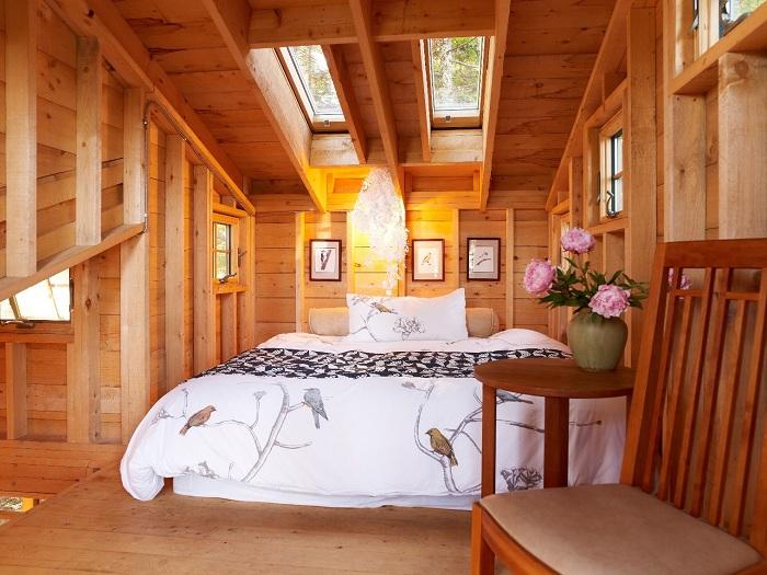Мансардное окно в спальне создает прекрасное освещение и домашний уют одновременно, для комфортного жилья и приятного времяпровождения.