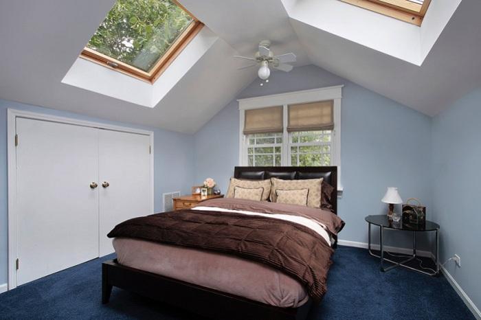 Интересное оформление спальной комнаты при помощи мансардных окон добавляет прекрасного настроения и вызывает только положительные мысли.