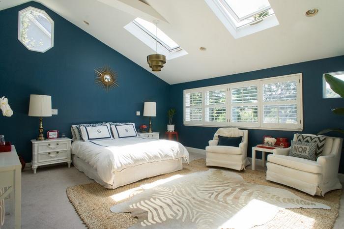 Спальня в прекрасных синих тонах с белыми вставками и шикарным мансардным окном, добавит красок в настроение комнаты.